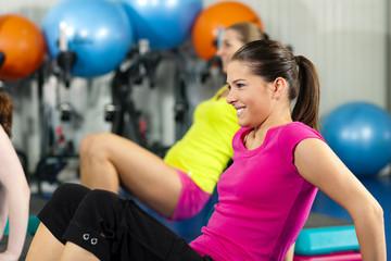 Leute im Fitnessstudio mit Steppbrett