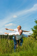 Glückliches Paar hat Spaß in der Natur im Sommer