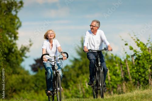 Glückliches Paar fährt Rad in der Natur im Sommer