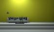 Sofa auf Treppe vor grüner Wand