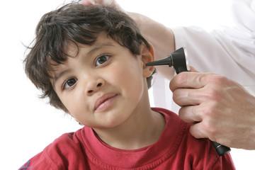 Examen de l'oreille d'un enfant