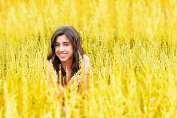 Chica joven en un campo amarillo