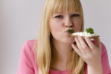 Junge Frau ernährt sich gesund