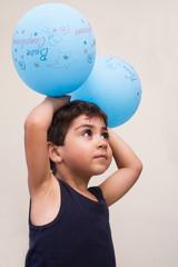 bambino gioca con palloncini