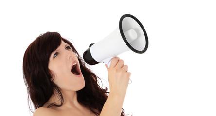 Attraktive junge Frau ruft durch Megaphon