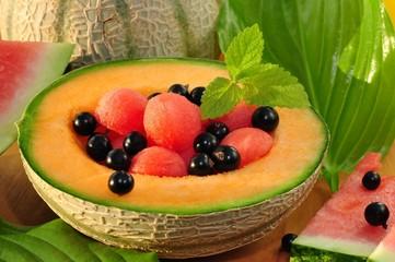 Melonenkugeln in einer halben Melone