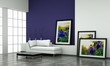Wohndesign - weisses Sofa vor blauer Wand