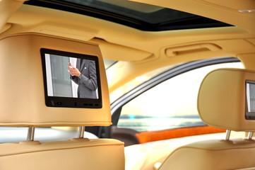 Bildschirm in einem Luxuswagen