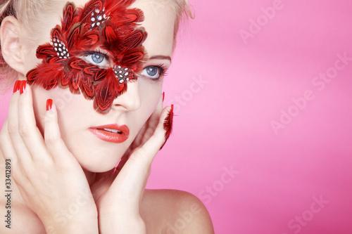 Beauty mit Federn am Auge, Augen blicken auf Ihren Text, quer