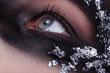 Beauty Bandit mit Maske blickt hoch, quer close up