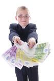 Junge mit einer Hand voll Schwarzgeld