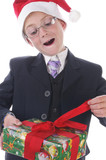 Kleiner Junge mit einem Geschenk