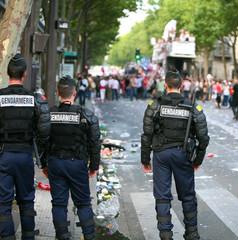 3 gendarmes face aux manifestants