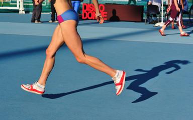 Gambe di donna che corrono e saltano