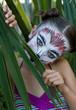 déguisement de félin dans les palmiers