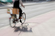Service Paketdienst auf dem Fahrrad mit Tempo
