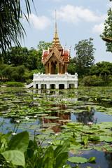 buddhistischer Tempel im See