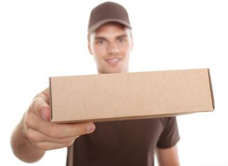 attraktiver postmann bringt paket