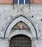 parte superiore di un portone in piazza Il Campo a Siena poster