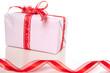 Cadeau avec ruban sur fond blanc