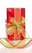 Cadeau rouge avec ruban sur fond blanc