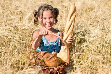 Mädchen mit Brotkorb im Getreidefeld
