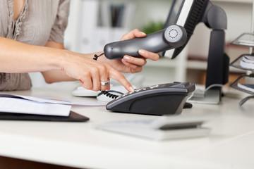bürokauffrau mit telefonhörer