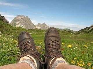Rast bei Wanderung auf Bergblumenwiese