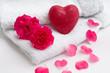 Schafsmilchseife in Herzform mit Rosenblütenblättern