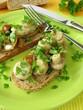 Pilzsalat auf Brot