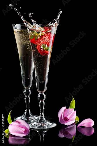 Foto op Canvas Opspattend water Two glasses of sparkling splashing wine (champagne) and roses