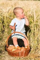kleiner Junge beim essen