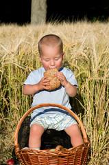 Junge beim essen im Freien