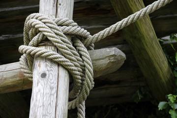 Befestigung mit Seilen