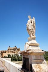 Statue auf der Puente Romano mit Mezquita, Cordoba/Spanien