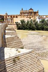 Blick von der Puente Romano auf Mezquita in Cordoba, Spanien