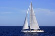 Costado de babor de un velero en navegacion