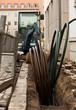 Kabelschutzrohr-Verlegung in einem ausgehobenen Graben