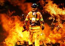 Dans l'incendie, un pompier recherches pour d'éventuels survivants