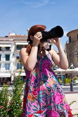 Молодая девушка фотографирует пейзаж