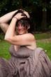 femme brune souriante jouant avec ses cheveux