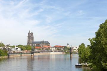 Die Hubbrücke und der Dom in Magdeburg