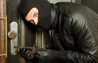 Verbrecher mit schlüssel beim einbruch