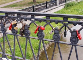 Замки на аллее влюблённых в Москве