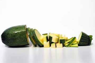 zucchine tagliata in vari modi isolata su sfondo bianco