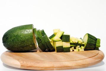 zucchine tagliata in vari modi su tagliere di  legno