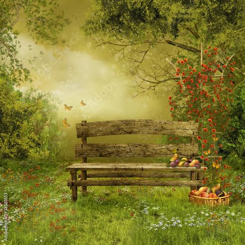 Sad z drewnianą ławką i owocami - 33581653