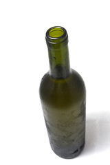 Botella verde sobre fondo blanco