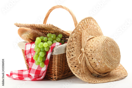 Picnic basket and straw hat - 33586434