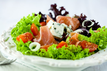 Salad with prosciutto crudo and blue cheese